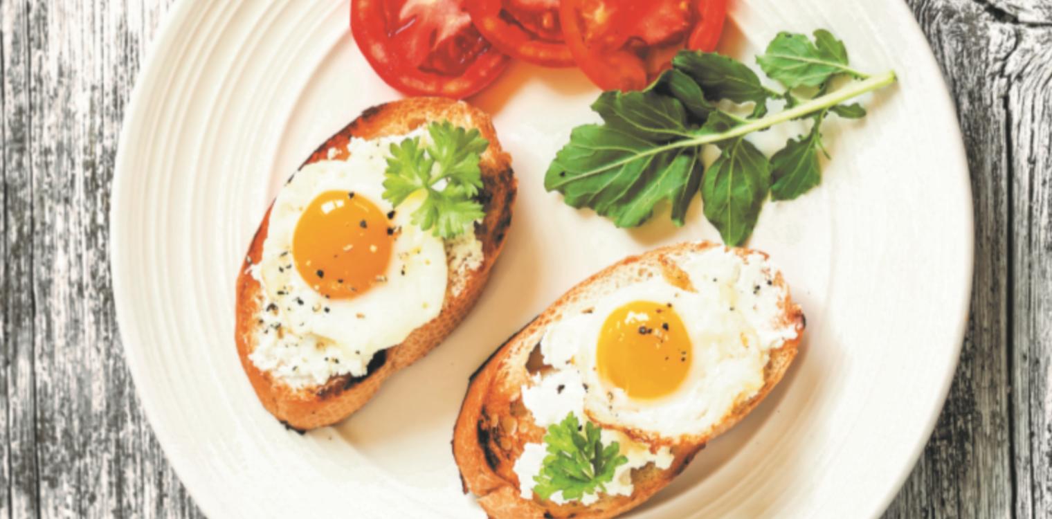 Bruschetta com queijo creme  e ovo de codorniz