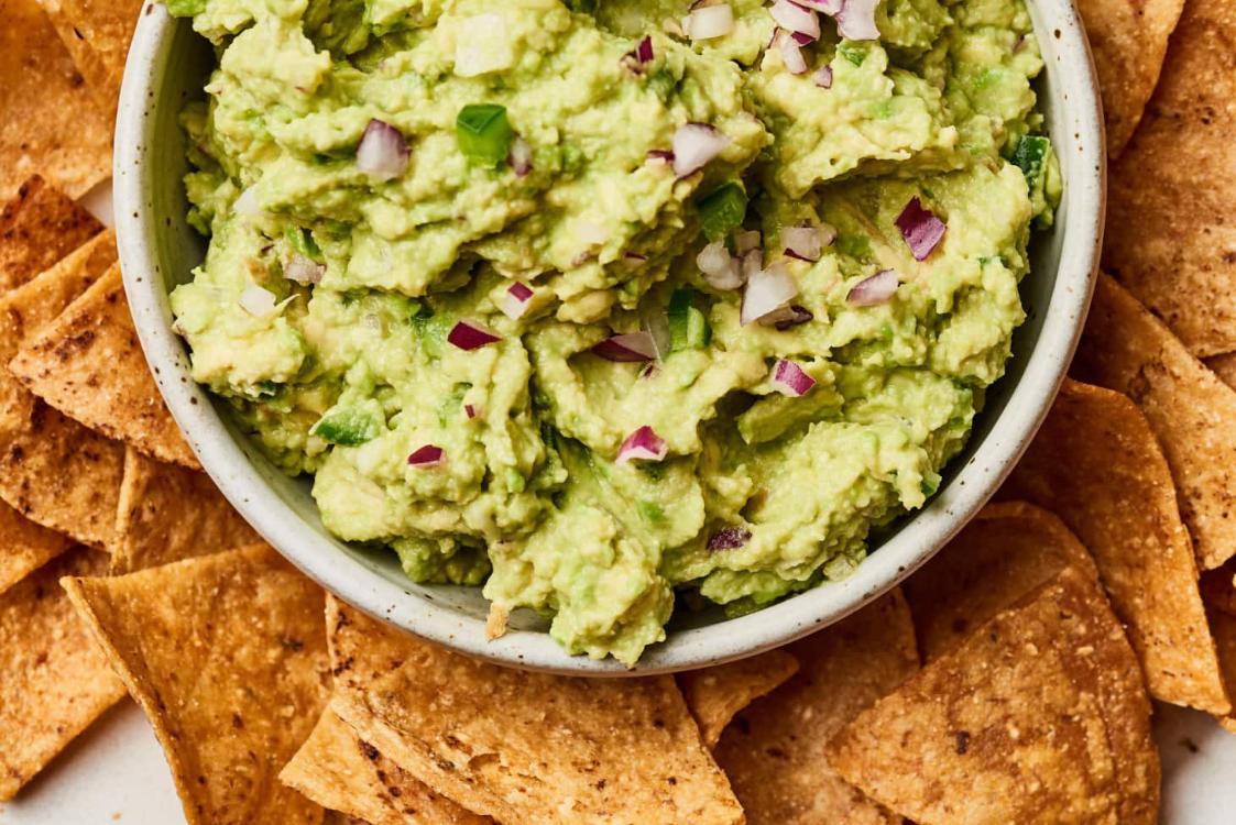 Receita simples de guacamole: só precisa de 5 ingredientes!