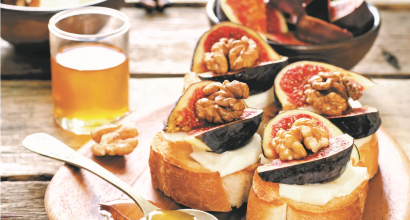 Bruschetta com figos, mel, nozes e queijo fresco
