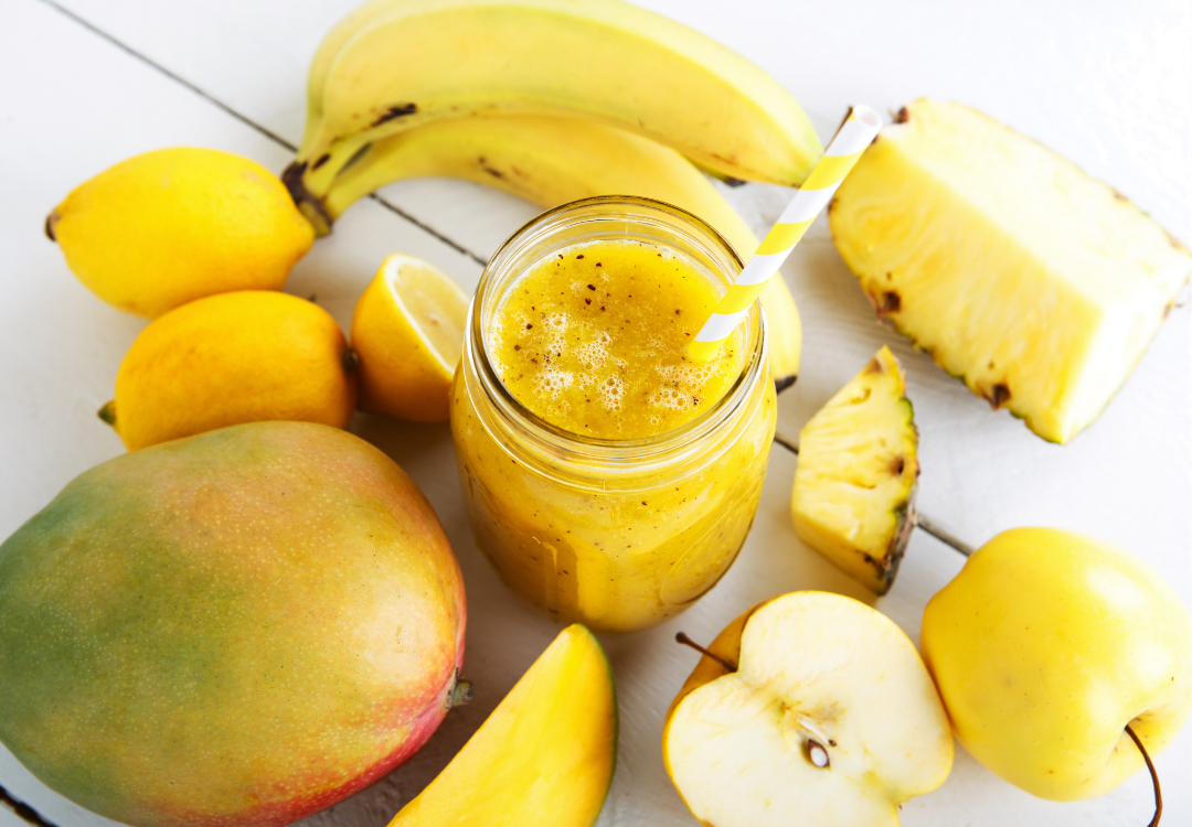 Smoothie de banana, maçã, manga e ananás