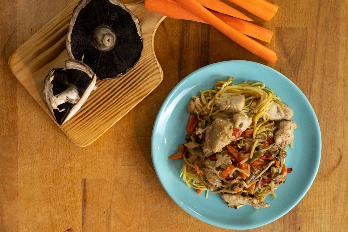 Noodles de frango e cogumelos Portobello