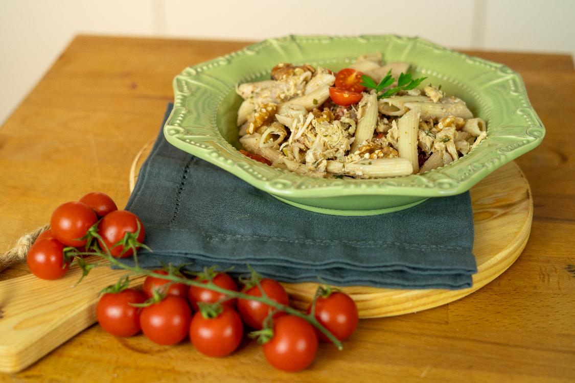 Penne com frango e nozes: fica pronto em poucos minutos!