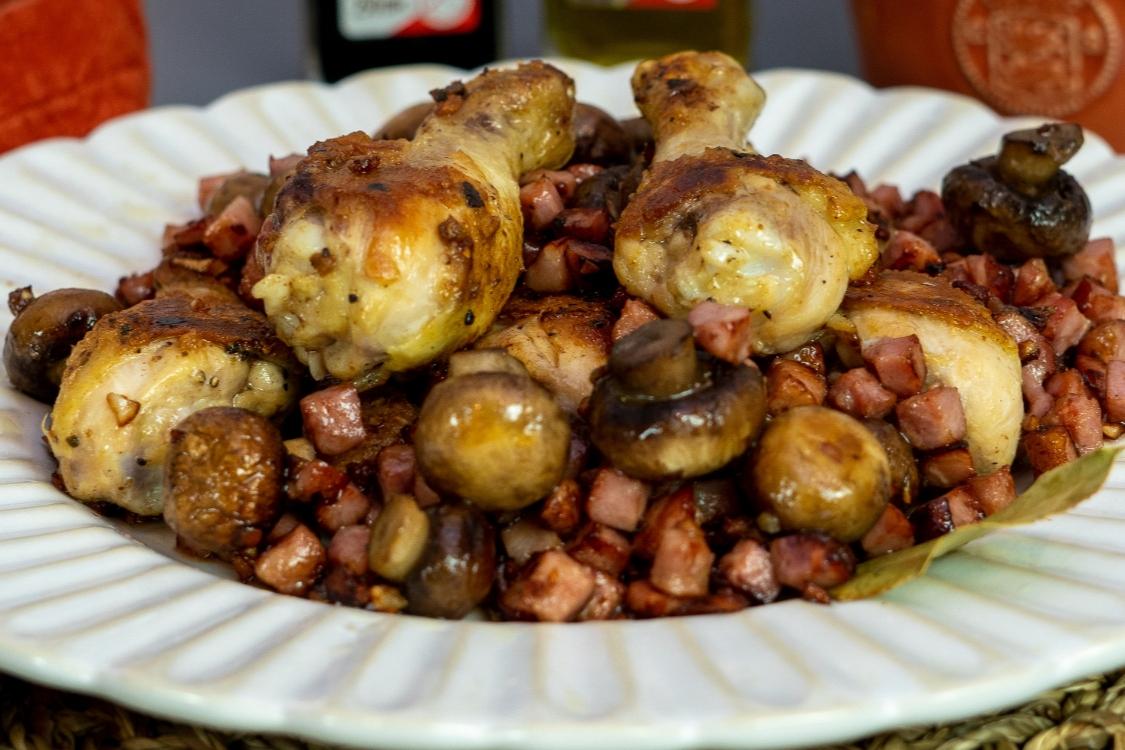 Perninhas de frango com bacon e cogumelos