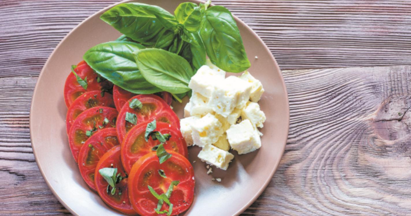 Salada de tomate, feta e manjericão: uma das melhores receitas de saladas que conheço!