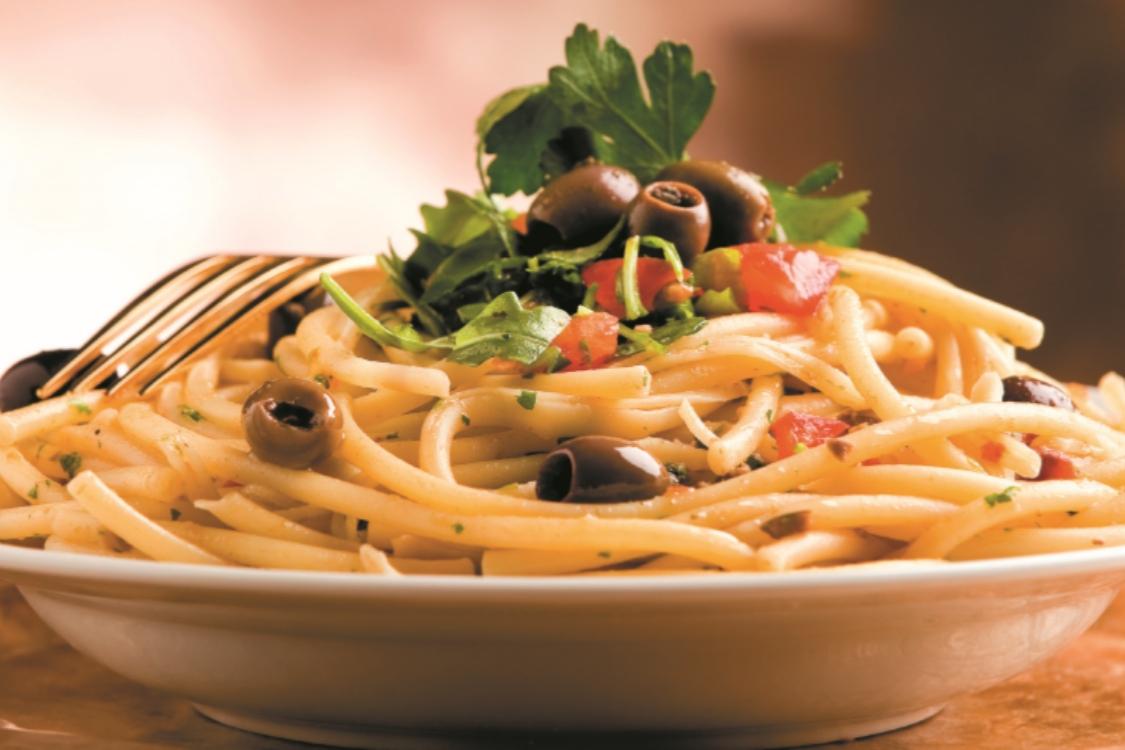 Esparguete com azeitonas, tomate e salsa: para agradar a todos!