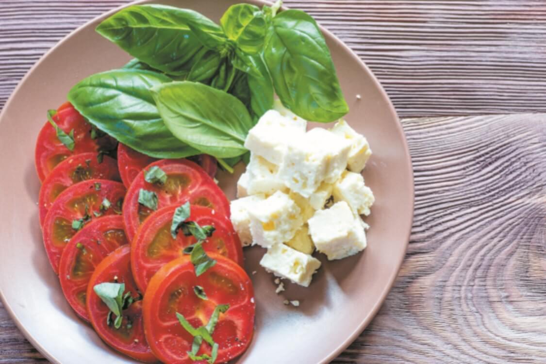 Salada de tomate, feta e manjericão: uma das melhores saladas!