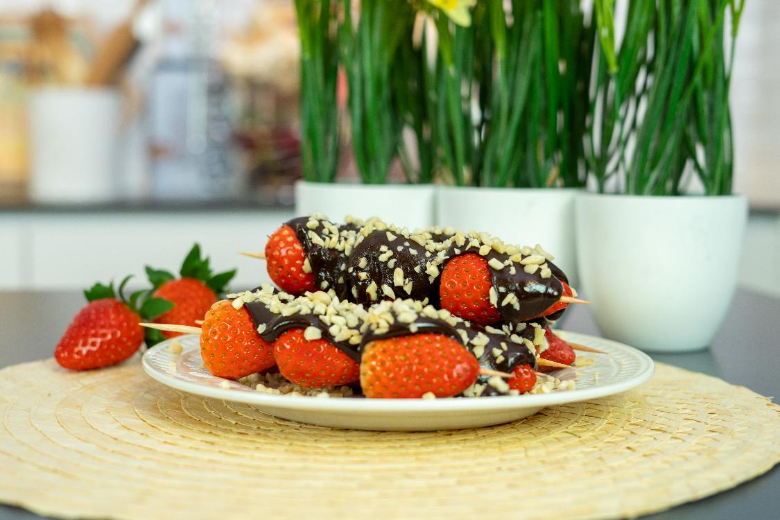 Espetada de morangos com chocolate e amêndoa: simples e saborosa!