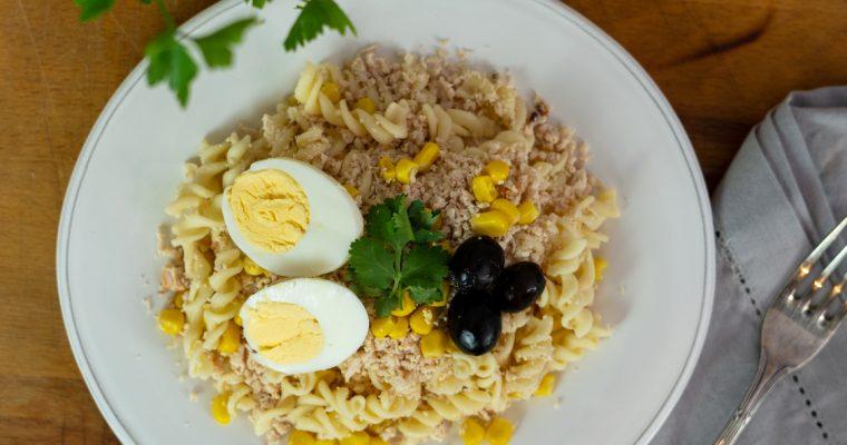 Salada de frango com massa e legumes: um prato saudável e saboroso!