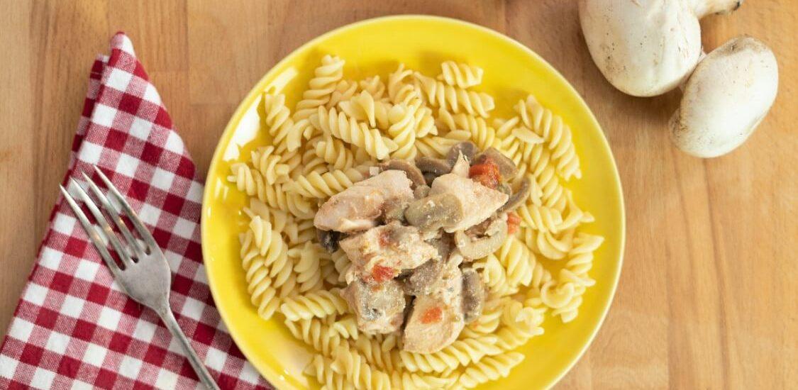 Frango com cogumelos e tomate: uma receita fácil, rápida e saborosa!