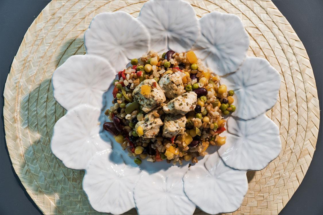 Frango com arroz integral e mistura de legumes: simples de fazer!