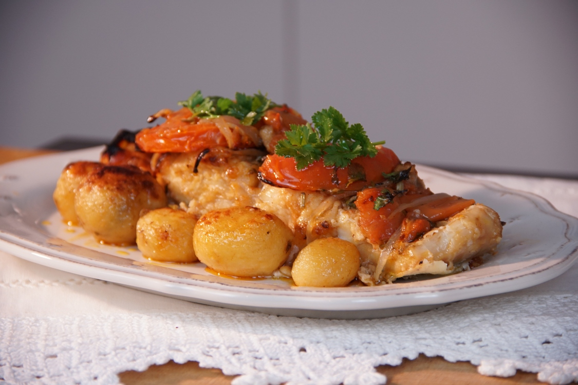 Bacalhau assado com tomate: festeje o Dia da Família com uma receita tradicional!