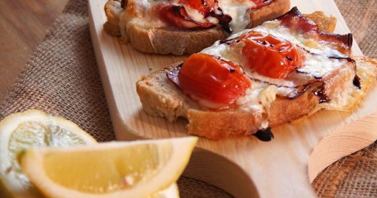 Bruschettas de bacon e tomate cherry à italiana: um aperitivo irresistível!