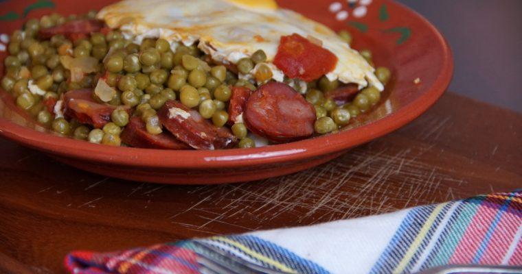 Ervilhas com ovos escalfados e chouriço: que petisco tão fácil de preparar!
