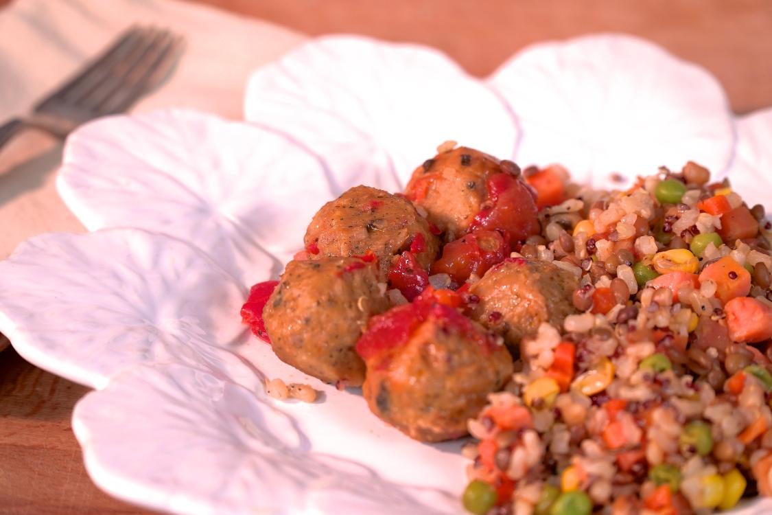 Almôndegas de vegetais com arroz integral e mistura de legumes