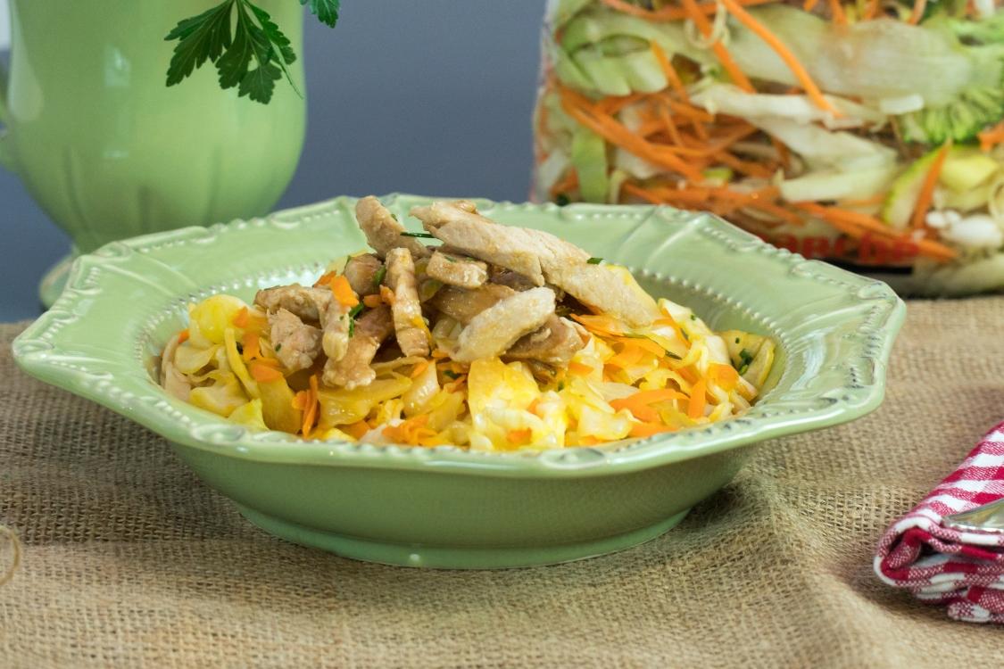 Frango em cama de vegetais: um prato saudável… e cheio de sabor!