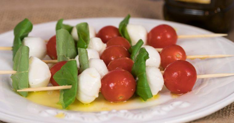 Espetadas de mozarela, tomate cherry e manjericão: são bonitas… e boas!