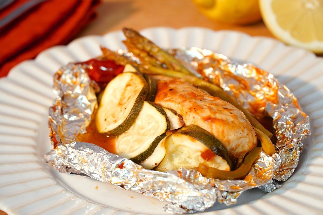 Papelote de barbecue de frango e vegetais: dá água na boca!