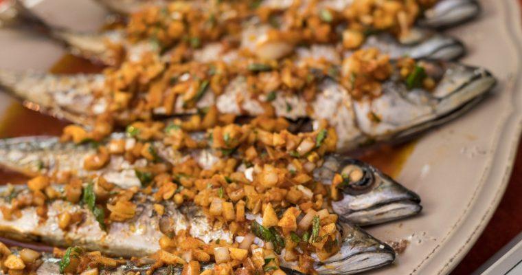 Cavala assada com molho à espanhola: riqueza em nutrientes e em sabor!