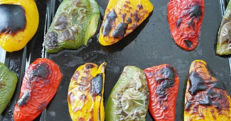 É assim que eu tiro a pele dos pimentos assados, sem queimar os dedos!