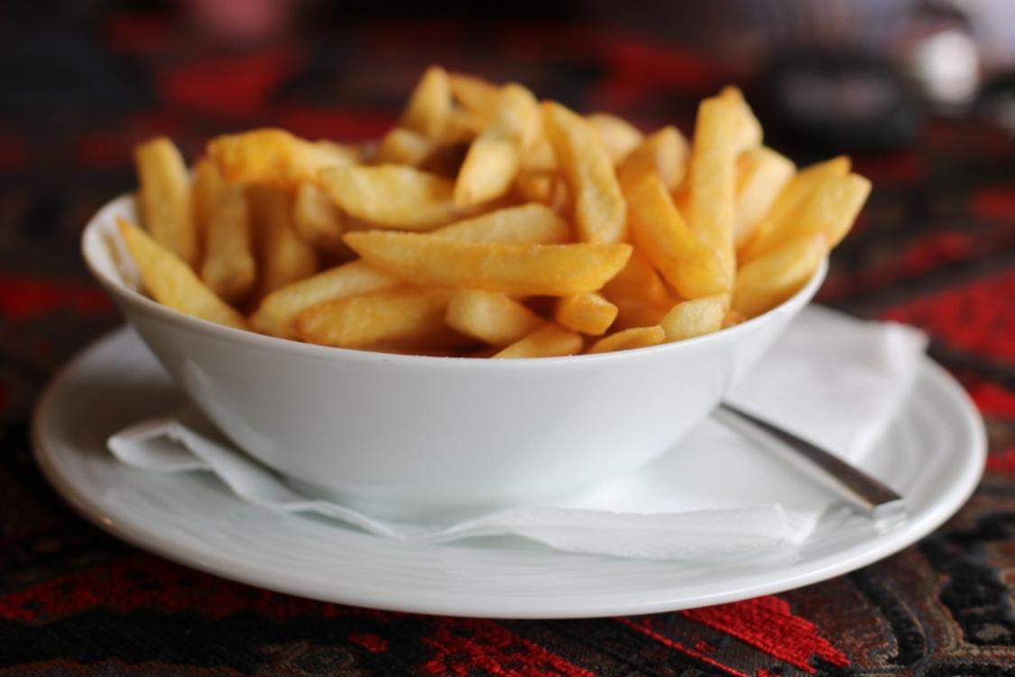 Sabia que pode preparar batatas fritas mais saudáveis? Siga estas dicas!